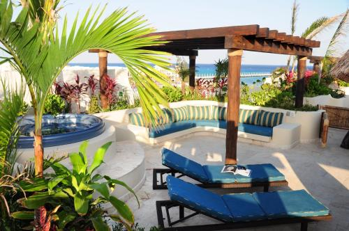 The swimming pool at or near El Taj Oceanfront and Beachside Condo Hotel