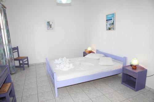 A bed or beds in a room at Deep Blue Studios