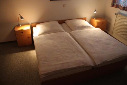 Ein Bett oder Betten in einem Zimmer der Unterkunft Bürgerhof Katzenfurt