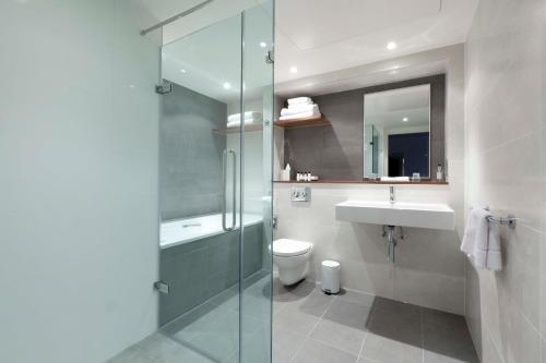 Salle de bains dans l'établissement DoubleTree by Hilton Hotel London - Tower of London