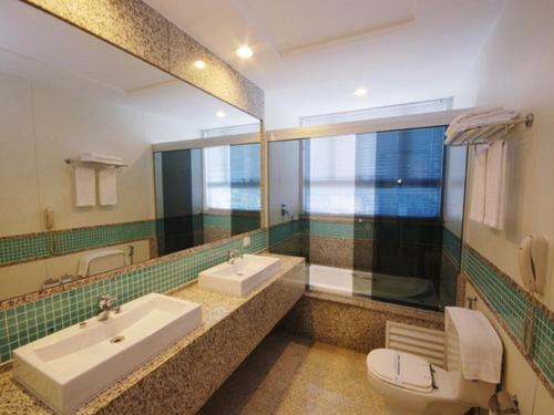 A bathroom at Hotel Bandeirantes