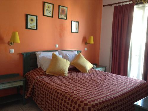 Een bed of bedden in een kamer bij Annapolis Inn