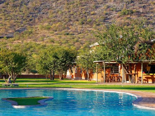 Piscine de l'établissement Gondwana Damara Mopane Lodge ou située à proximité