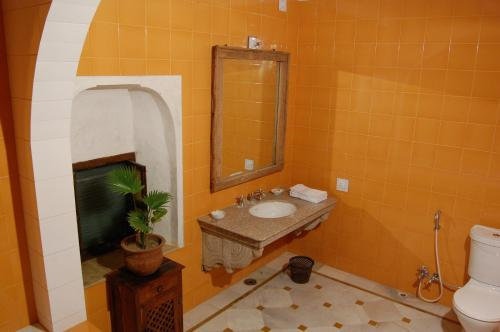 A bathroom at Hotel Chobdar Haveli
