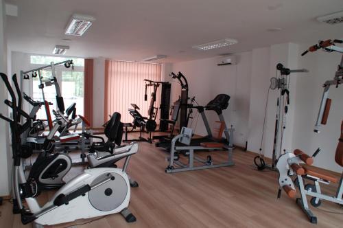 Das Fitnesscenter und/oder die Fitnesseinrichtungen in der Unterkunft Hotel 2D Resort and Spa