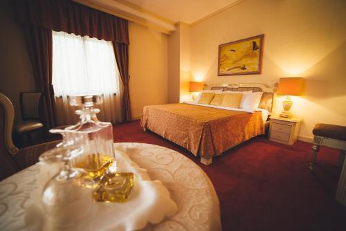 سرير أو أسرّة في غرفة في فندق بيفاندا