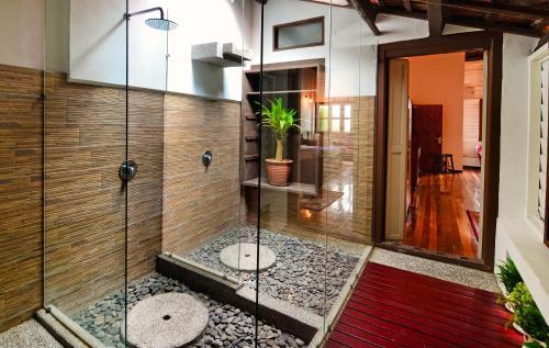 A bathroom at Sarang Paloh Heritage Stay