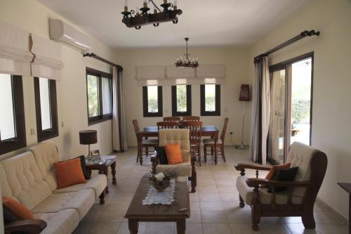 A seating area at Eve Pissouri Xιnisteri Villa