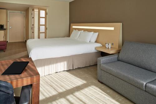 A bed or beds in a room at Novotel Montréal Aéroport