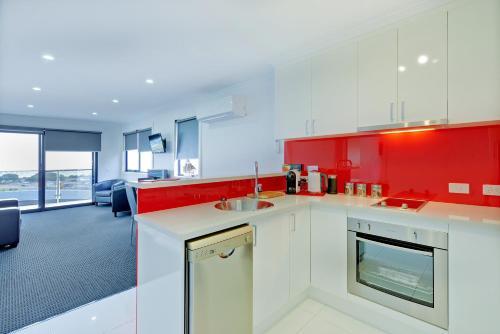 Кухня или мини-кухня в Burnie by the Bay Apartments