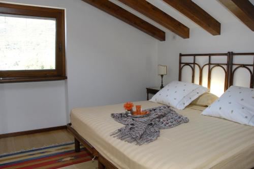 A bed or beds in a room at Al Veluu suites