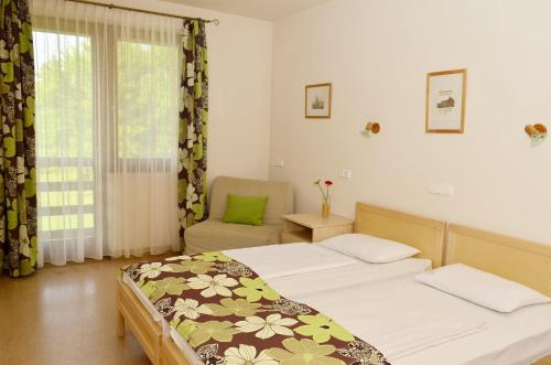 A bed or beds in a room at Grante Motel