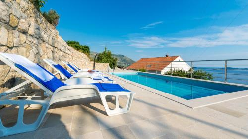 Majoituspaikassa Villa Adriatic Rooms tai sen lähellä sijaitseva uima-allas