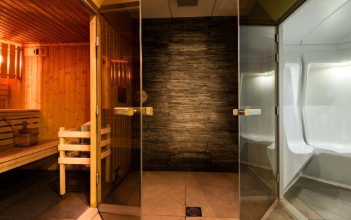 Salle de bains dans l'établissement Lagrange Vacances Le Roc Belle Face