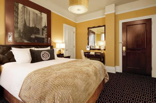 A bed or beds in a room at The Algonquin Hotel Times Square, Autograph Collection