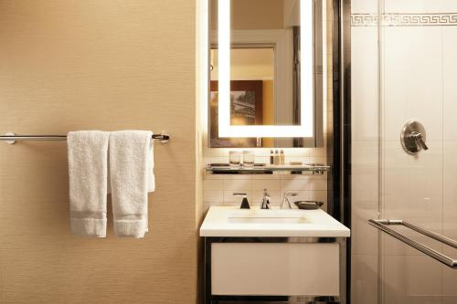 A bathroom at The Algonquin Hotel Times Square, Autograph Collection