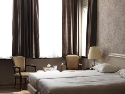 Кровать или кровати в номере Hotel La Pomme D'or