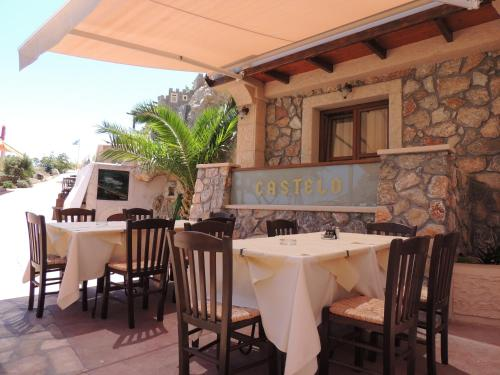 A restaurant or other place to eat at Castelo Beach Hotel