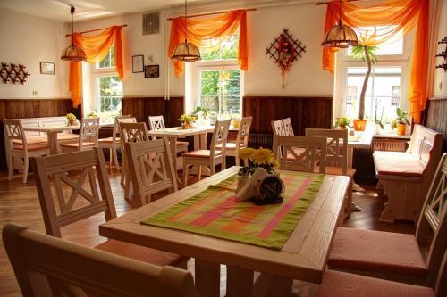 Ein Restaurant oder anderes Speiselokal in der Unterkunft Werners Landgasthaus