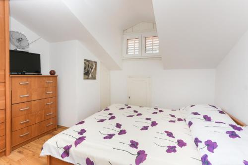 A bed or beds in a room at Apartment Larica