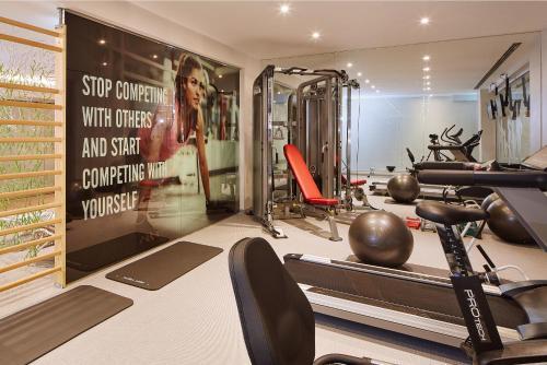 O centro de fitness e/ou as comodidades de fitness de Hotel Faro & Beach Club
