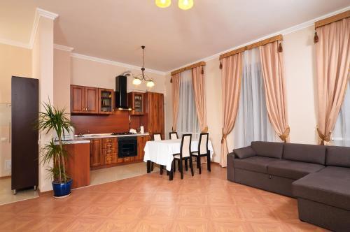 Кухня або міні-кухня у Botanic Apartments Krasnoarmeyskaya