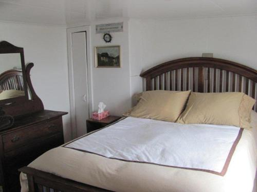 A bed or beds in a room at Wolf Cove Retreat House