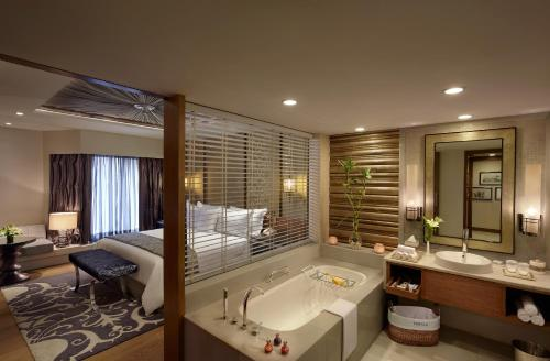 A bathroom at ITC Mughal, A Luxury Collection Resort & Spa, Agra