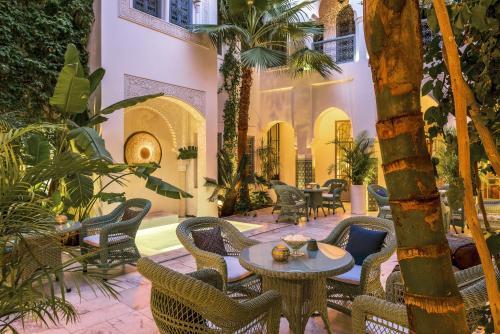 Ein Restaurant oder anderes Speiselokal in der Unterkunft Riad Idra