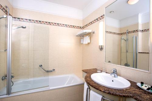 A bathroom at Danubius Hotel Astoria City Center