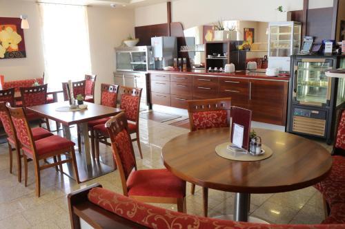 Ein Restaurant oder anderes Speiselokal in der Unterkunft Hotel Checkin