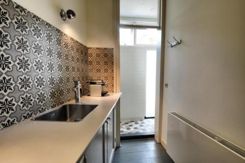 A kitchen or kitchenette at B&B De Klinkende Munt