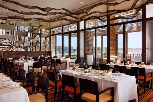 מסעדה או מקום אחר לאכול בו ב-מלון בראשית מקבוצת מלונות היוקרה של ישרוטל