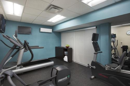 The fitness centre and/or fitness facilities at Fairfield Inn & Suites Chicago Midway Airport