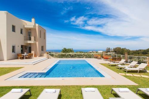 The swimming pool at or close to Villa Victoria