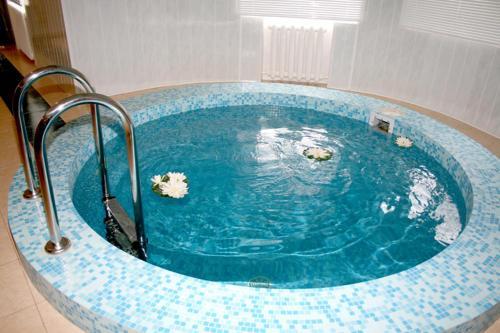 Бассейн в Отель-курорт АЛЛЮР или поблизости
