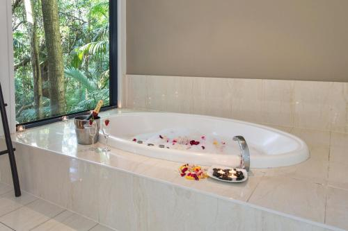 A bathroom at Pethers Rainforest Retreat