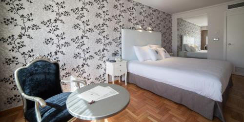 A bed or beds in a room at ARNOIA CALDARIA HOTEL Y BALNEARIO