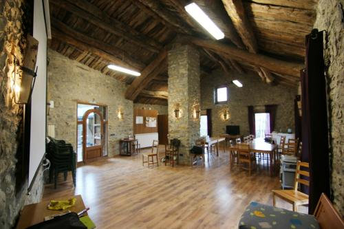 A restaurant or other place to eat at Albergue Casa Fumenal