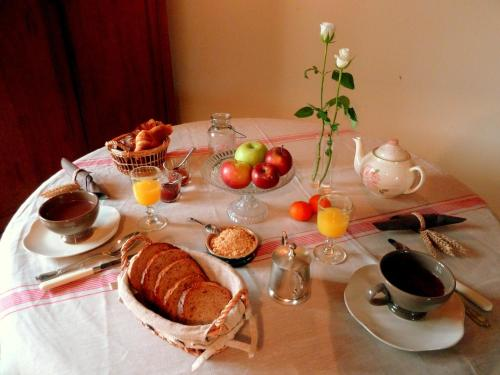 Breakfast options available to guests at Chambres d'hôtes Ferme du Feugrès
