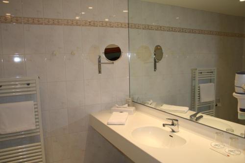 Ein Badezimmer in der Unterkunft Rheinhotel Larus