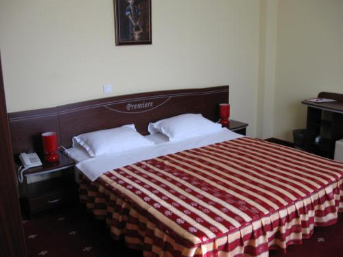 A bed or beds in a room at Hotel Premiere