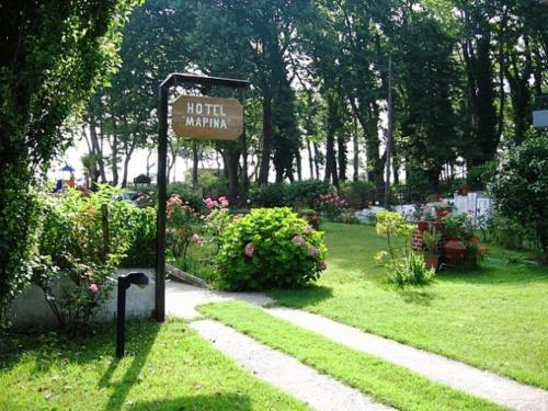 Κήπος έξω από το Hotel Marina