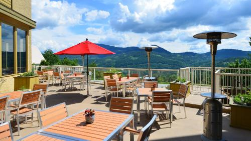A restaurant or other place to eat at Prestige Mountain Resort Rossland