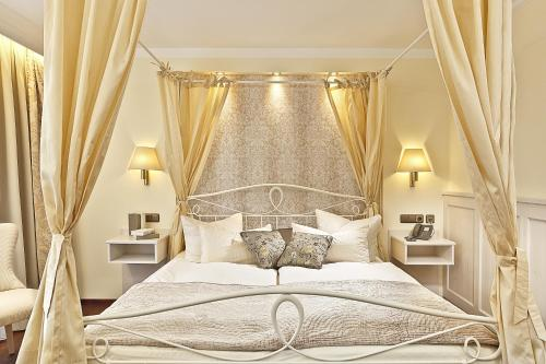 A bed or beds in a room at Hotel Schlosskrone