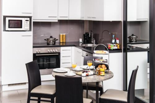 A kitchen or kitchenette at Adina Apartment Hotel Berlin Checkpoint Charlie