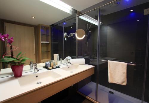 A bathroom at Radisson Blu Resort & Spa, Ajaccio Bay