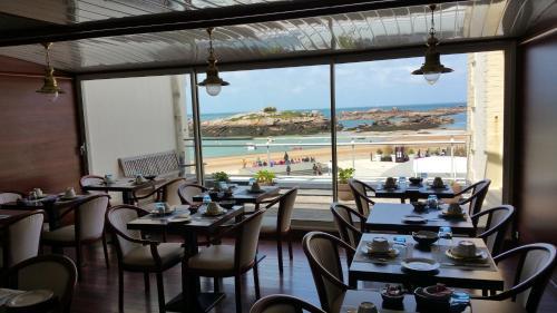 Restaurant ou autre lieu de restauration dans l'établissement Hotel De La Mer