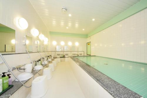 京都夏特萊酒店游泳池或附近泳池
