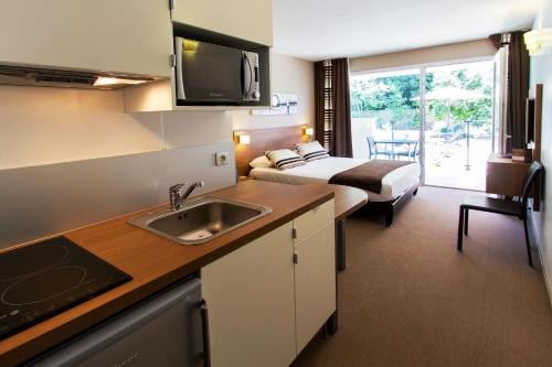 A kitchen or kitchenette at Forme-hotel & Spa Montpellier Sud-Est - Parc Expositions - Arena
